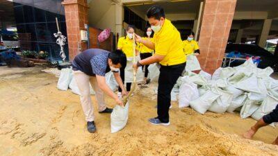 การให้ความช่วยเหลือประชาชนที่มาติดต่อขอรับความช่วยเหลือด้านกระสอบทรายและทรายไปป้องกันน้ำท่วม